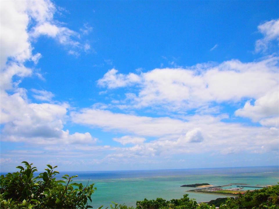 【沖縄】景色が綺麗すぎて泣く。太平洋を見渡せるカフェくるくまがオススメ!